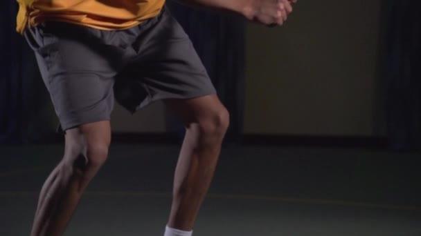 Tenisové údery: řez (slow motion)