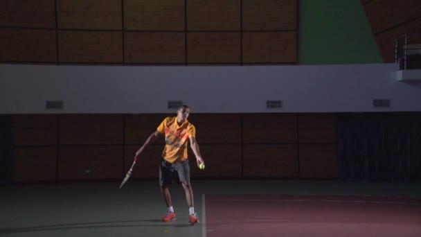 Tenisové údery: sloužit (slow motion)