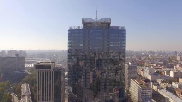 Město odraz na windows mrakodrapu