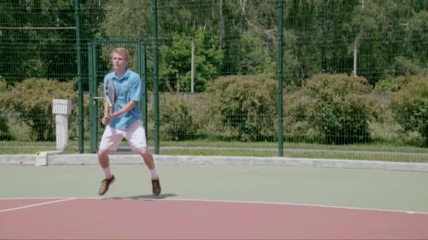 Bekhend tah. Mocný tenis zastřelen. Zpomalený pohyb
