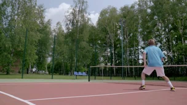 Neuvěřitelný tenis zastřelen. Hráč skočí sám nad sebou a udeří míč
