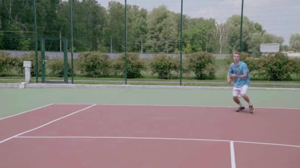Výkonné forehand v skok. Velkolepé tenis v pomalém pohybu