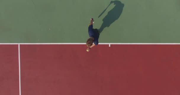 Podáváme s profesionální tenista. Pohled shora z quadrocopter. 4k