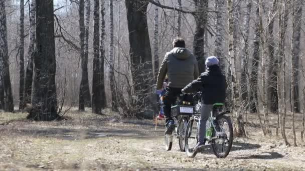 rodina se jezdit na kole