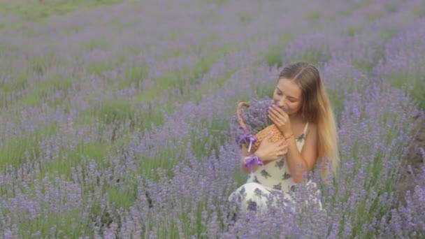 Virágzó levendula mező közepén ül boldog és nyugodt lány