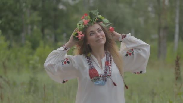 krásná mladá dívka v běloruském tradiční šaty s věncem