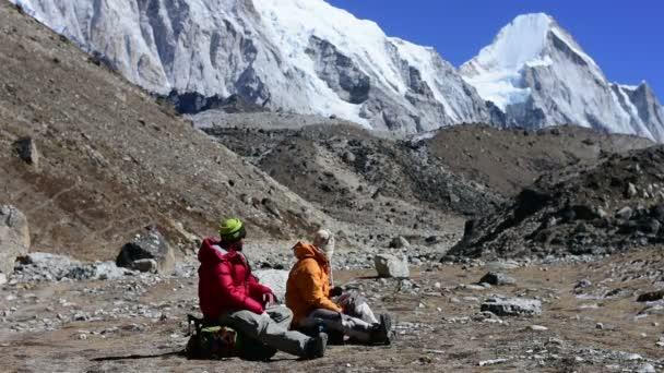 Trekker odpočívá v Khumbu ledovce vysokých Himalájích horu, Nepál