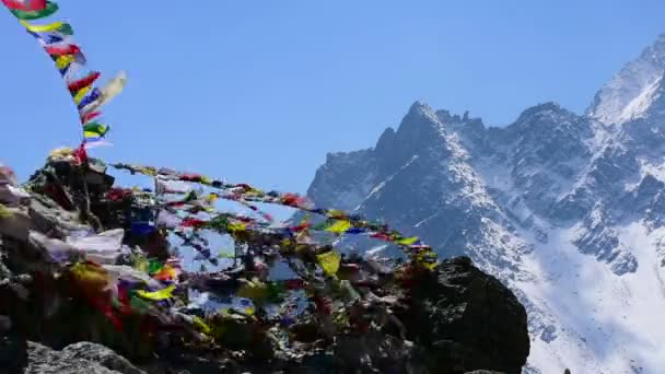 Modlitební vlajky shken vítr v Nepálu Himalaya