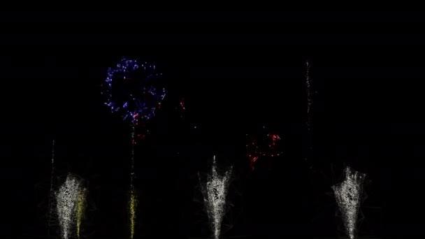 4k ohňostroj show na černém pozadí. abstraktní design kreslený styl. modré, červené, zlaté zářící barvy na noční obloze. ohňostroj na oslavu Vánoc, Silvestr.