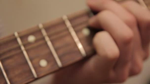 muž hraje kytara