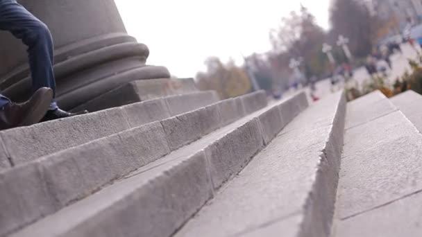 muži chůze po schodech
