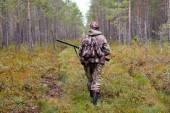 Vadász séta az erdei úton