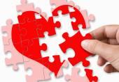 cuore rotto rosso composto da pezzi di puzzle