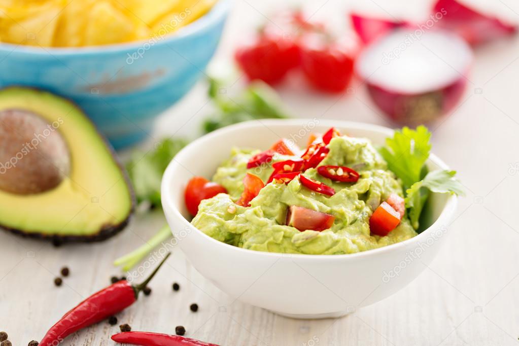 Guacamole Mit Avocado Und Tomaten Mexikanisches Essen Weißer