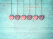 a fából készült háttér piros szív