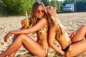 nyaralás és pihenés, lányok, ital bikinik