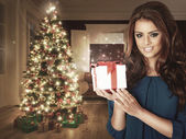 Frau mit einem Weihnachtsgeschenk.