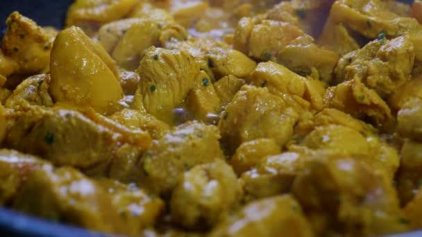 Scéna v kuchyni s horkou pánví a maurské kuřecí špejle ve španělském stylu, výživné a lahodné.
