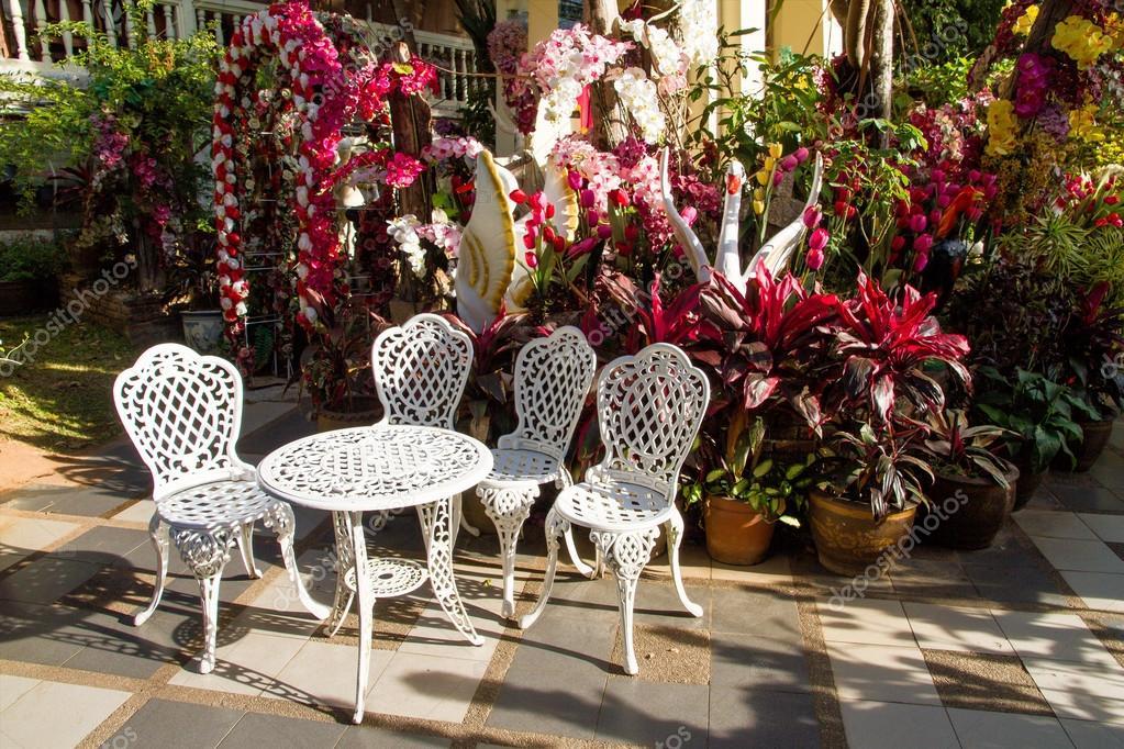 Table de jardin fer Vintage blanches et chaises dans le jardin ...