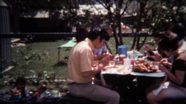 Dvorek venkovní piknikový stůl