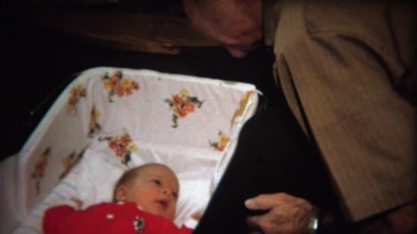 Děda splňuje chlapeček v postýlce