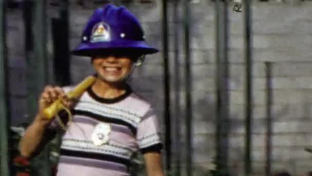 593fee1002 marcha militar bombeiro no chapéu e fantasia — Vídeo de Stock ...