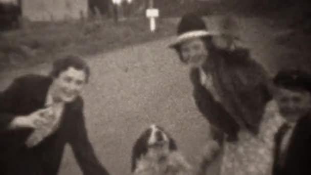 Nők tartja a lábat, családi kutya