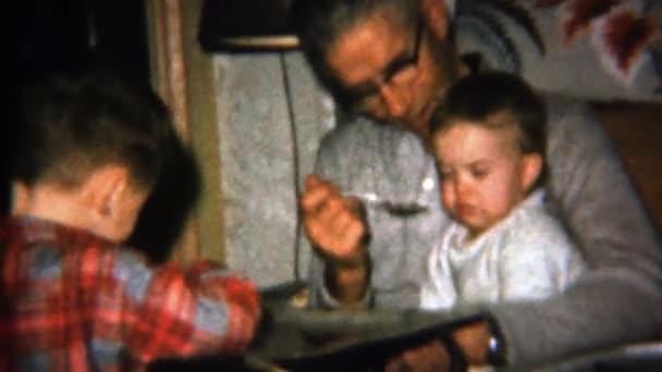 Opa füttert Baby Boy mit Löffeln von etwas Leckerem