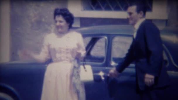 Chauffeur öffnet Tür Auto für Dame
