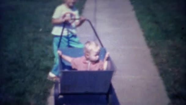 Chlapec tlačit dítě v košíku