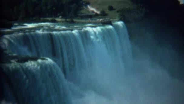 Mohutný vodopád s turisty sleduje z dálky