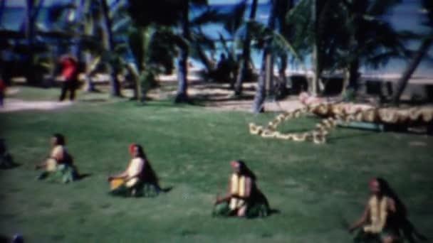 hawaiianische Hula-Tänzer knien