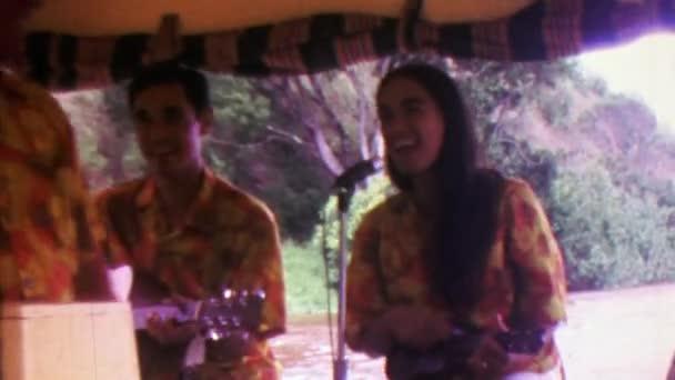 Hawaii túra csónak, énekesek, előadók