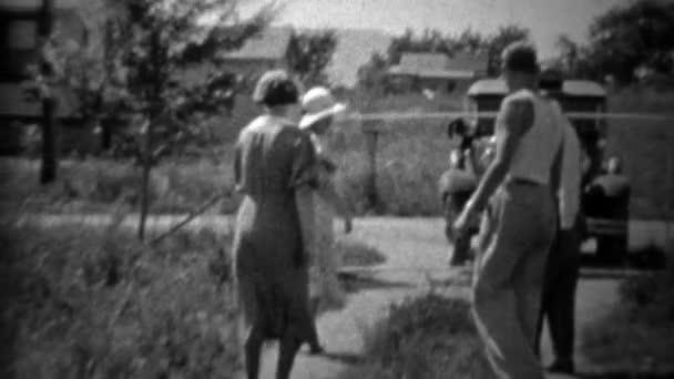 Rodina, přeskočení směrem k fotoaparátu před vozem