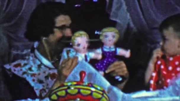 Maminka ukazuje baby hračky panenky