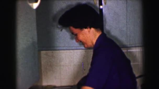 Žena ruce myje nádobí po večeři