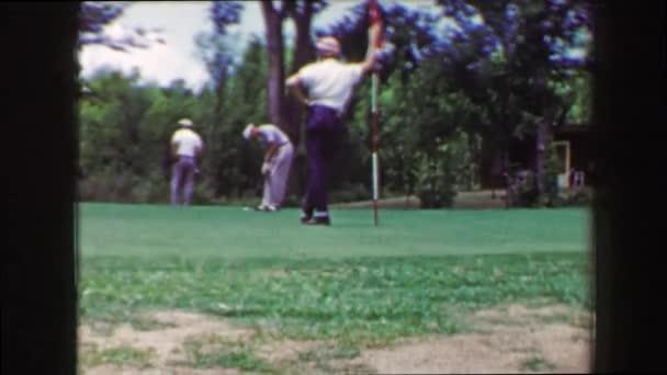 Mann langen Golf Putt Ball kommt nach oben