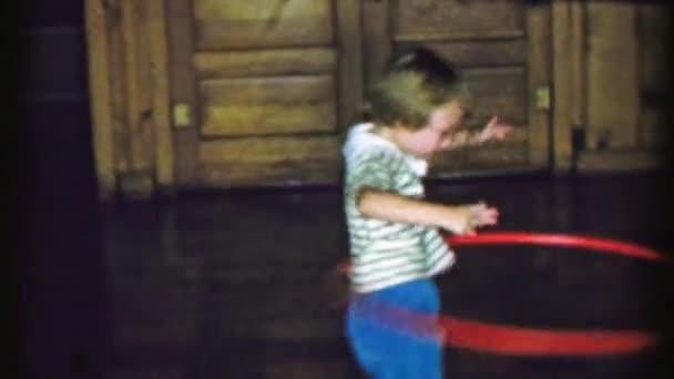 Mädchen übt Hula-Hoop-Tanz