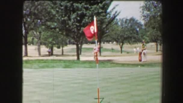 Linken Hand Mann schlägt Golfball