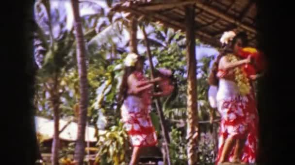 Hula-Tänzer schütteln Pompons