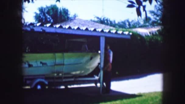 Junge zeigt seinem Freund Papas Boot