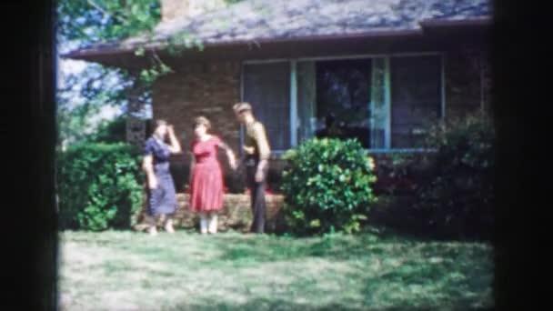 Skupina lidí se shromáždili v zahradě