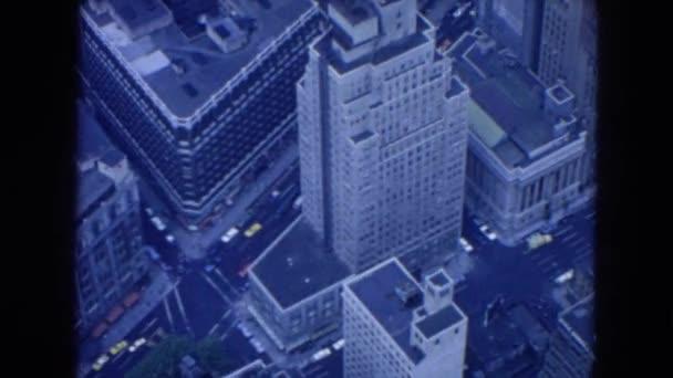 město mrakodrapů a provoz na ulici pod
