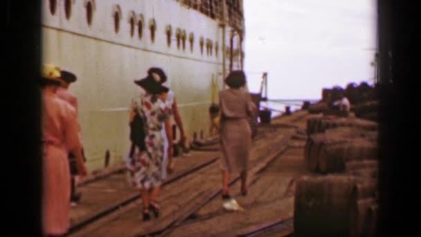 nők séta a dokkoló port