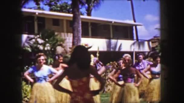 Mann nimmt hawaiianischen Hula-Tanzunterricht