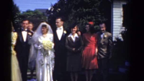 páry v řadě na svatbě