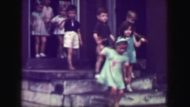 Iskolás gyerekek elhagyása lefelé a meredek osztály