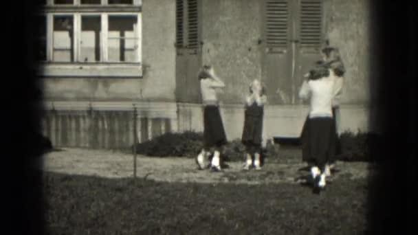 dívky jsou vidět snaží udělat krátký AKT
