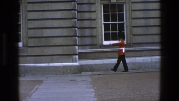 Queens střežit hlídkování mimo budovu royal