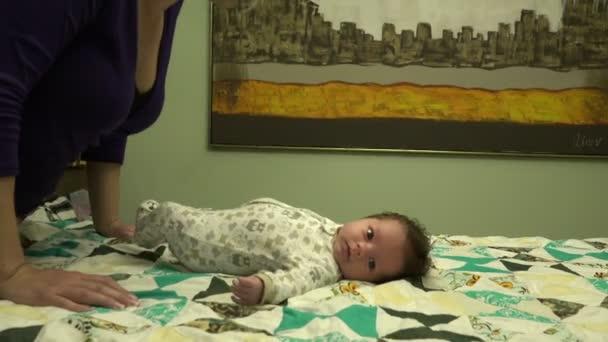 Mami, líbání novorozeně